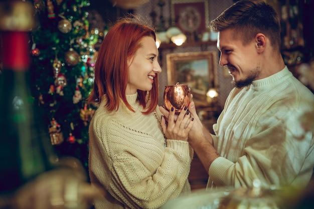 웃는 가족, 가정 장식 및 가정용품 가게에서 명절 선물을 찾는 부부
