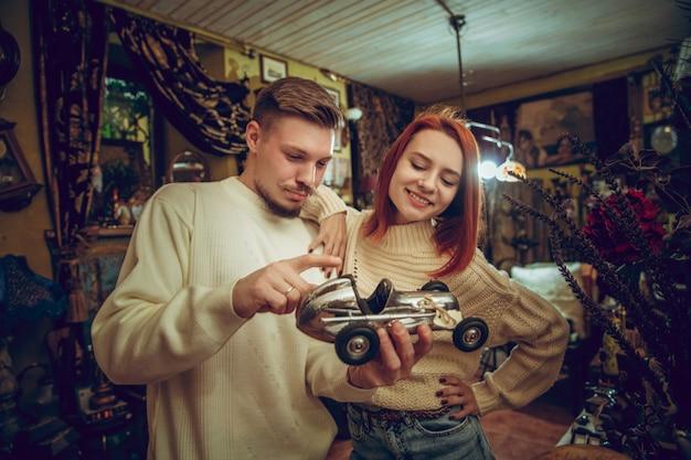 Улыбающаяся семья, пара ищет украшения для дома и праздничные подарки в хозяйственном магазине