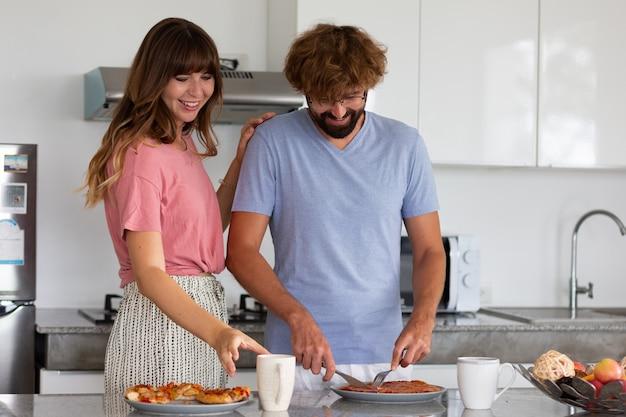 음식을 준비하고 시음하는 부엌에서 웃는 가족