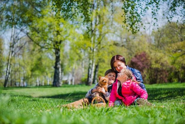 Улыбающаяся семья в парке