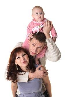 Улыбающаяся семья, изолированная на белом