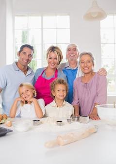 Улыбающаяся семья готовится приготовить