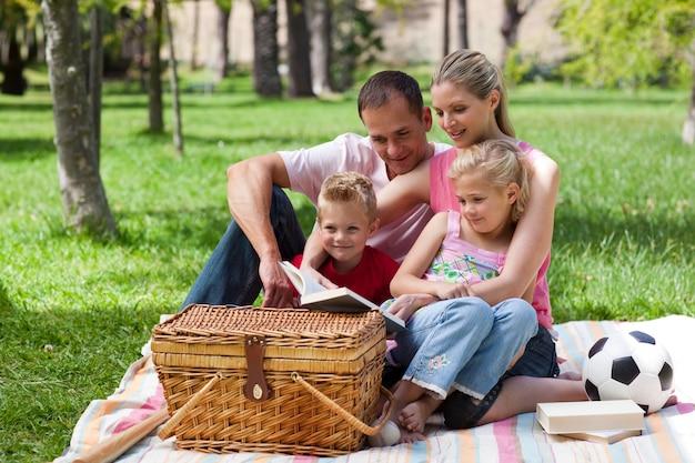 ピクニックをしながら家族の読書を笑う