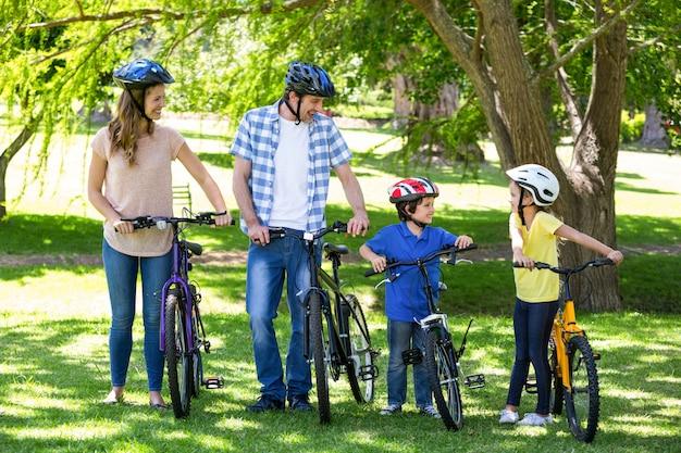 Улыбающаяся семья со своими велосипедами