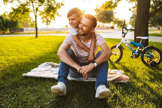 Улыбающийся отец и его сын веселятся вместе