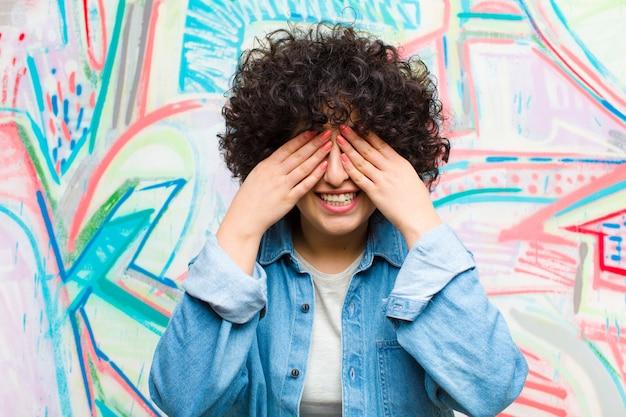 微笑着,感到幸福,双手捂着眼睛,等待着难以置信的惊喜