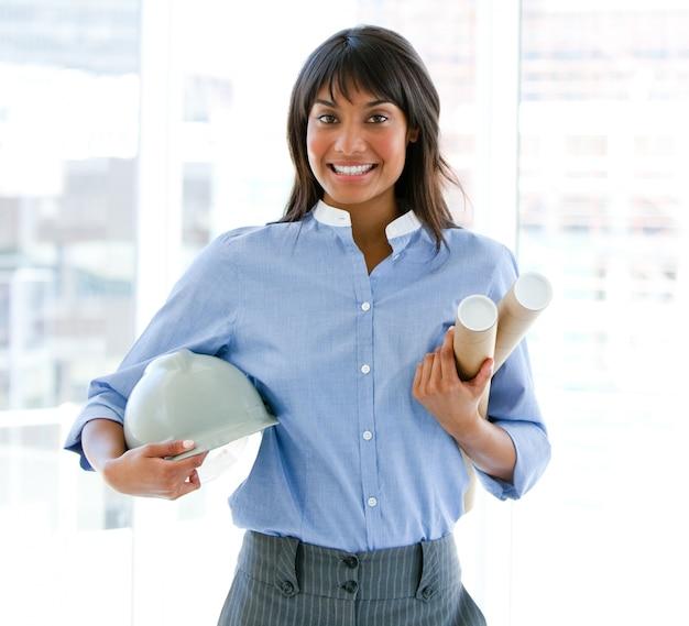 Hardhat과 청사진을 들고 웃는 여성 건축가