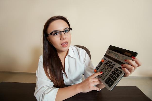 Улыбающаяся женщина-бухгалтер уменьшила баланс