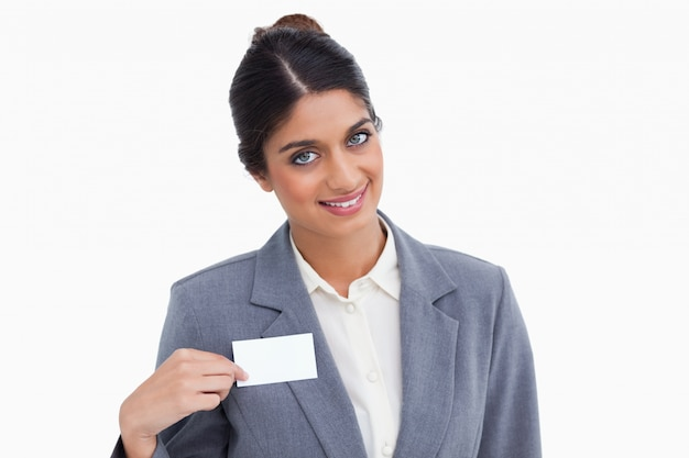 Улыбаясь женщина-предприниматель, указывая на имя знак