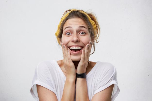 白で分離された女性の喜びの喜びを笑顔