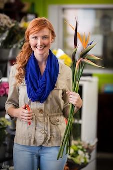 笑顔の女性花屋トリミング花茎