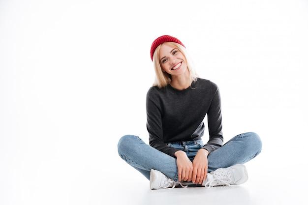 Улыбающиеся женщина битник, сидя на полу