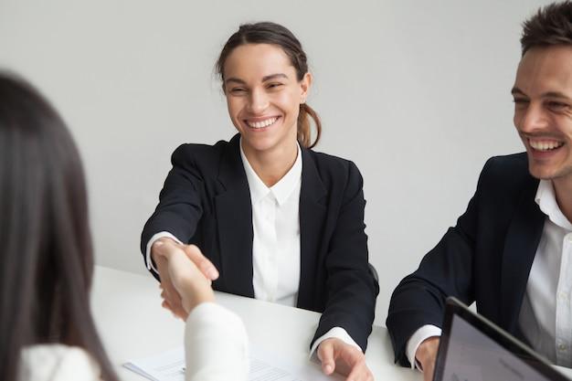 그룹 회의 또는 인터뷰에서 웃는 여성 hr 핸드 쉐이킹 사업가