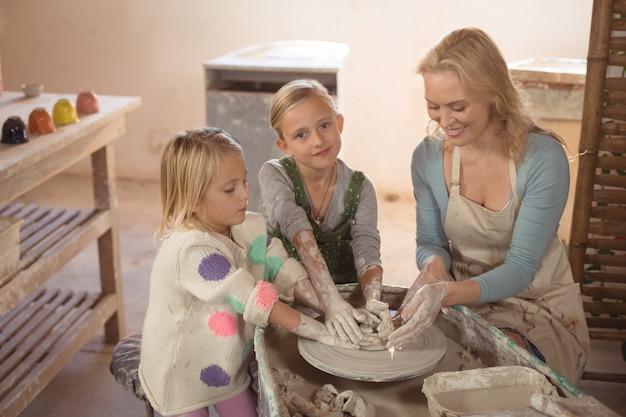 笑顔の女性陶芸家支援女の子