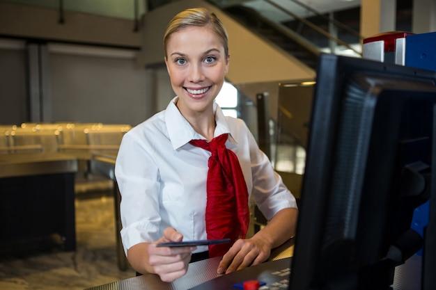 空港ターミナルで笑顔の女性スタッフ