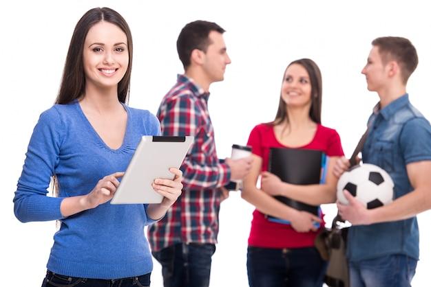 타블렛으로 웃는 여자 학생.