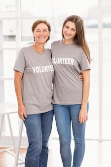 서로 팔을 넣어 여성 자원 봉사자 미소