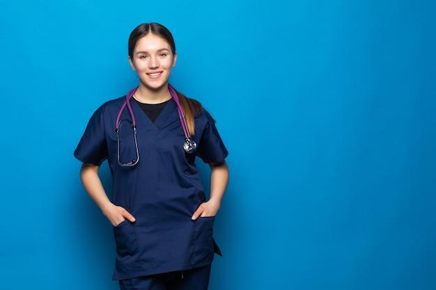 Улыбаясь женщина-врач женщина на синем