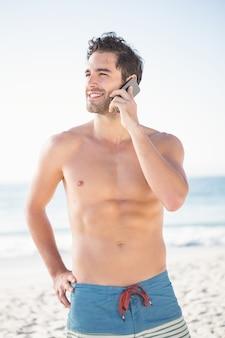 スマートフォンを使用してフィット男を笑顔