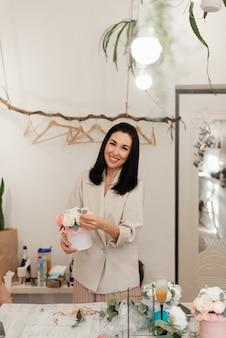 방에 꽃 상자를 들고 웃는 꽃집 소녀