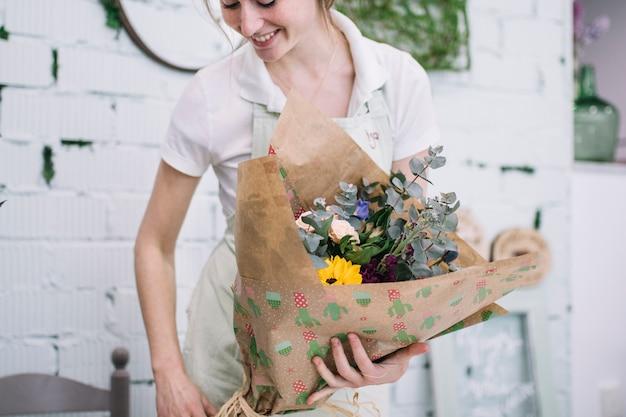 ラッピングされた花束で花屋を笑顔に