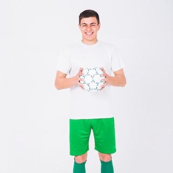 Tenuta sorridente del giocatore di football americano