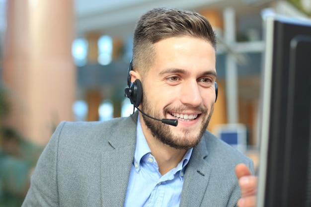 웃고 있는 친절하고 잘생긴 젊은 남성 콜센터 교환원.
