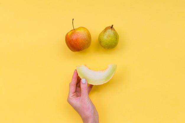 Улыбающиеся фрукты на желтом фоне