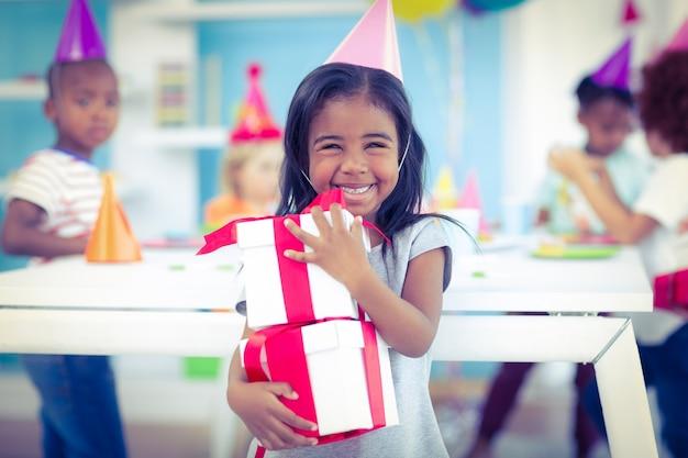 誕生日パーティーで笑顔の女の子