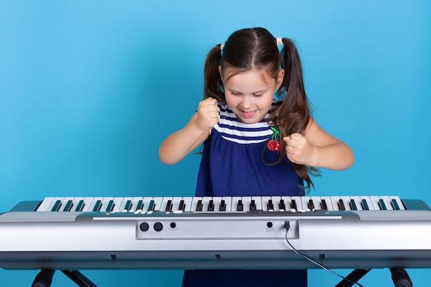 신디사이저 키에 주먹을 두드리는 웃는 소녀, 음악 학교를 싫어함