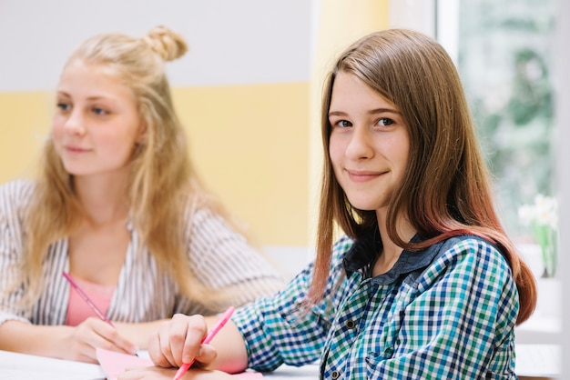 Ragazza sorridente in classe