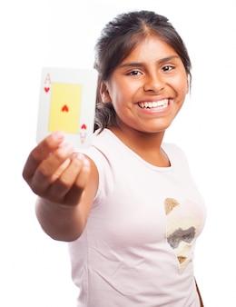Улыбаясь девочка держит покер карты
