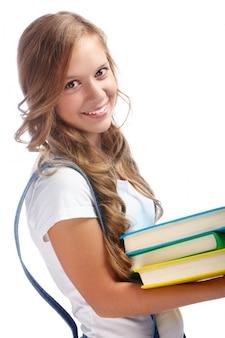 그녀의 책을 들고 웃는 소녀