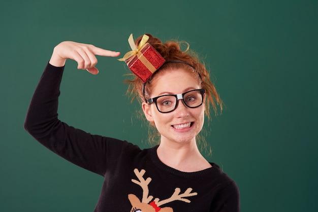 크리스마스 시간에 웃는 소녀