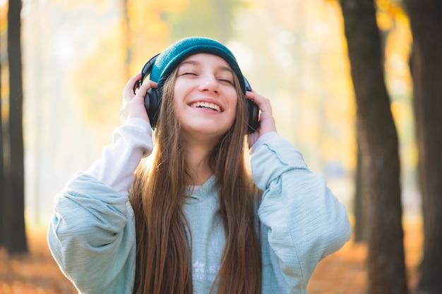 ヘッドフォンで笑顔の女の子