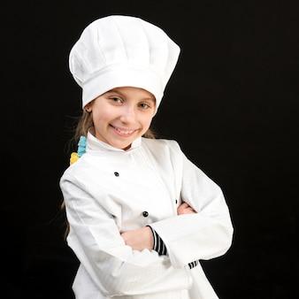 白いシェフの衣装で微笑んでいる女の子