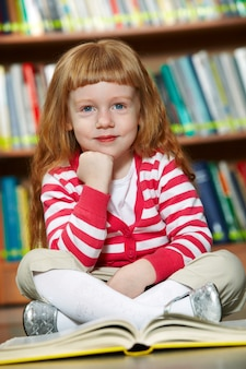 Улыбается девушка чтение