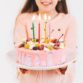 생일 케이크와 함께 웃는 소녀 무료 사진