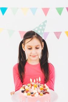 Улыбающаяся девушка с тортом ко дню рождения