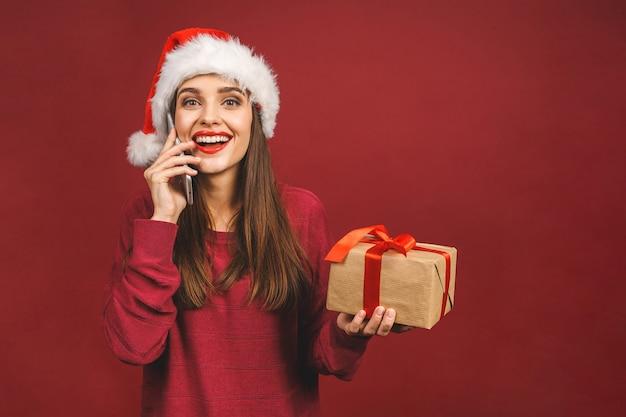 電話で呼び出してクリスマスプレゼントで笑顔の女の子