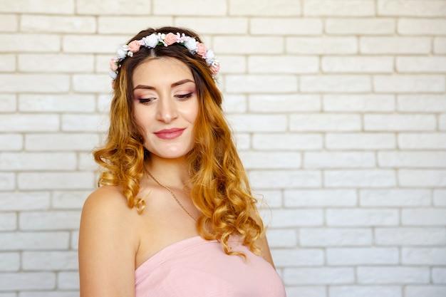 巻き毛のかわいい赤い髪の若い女性と笑顔の女の子