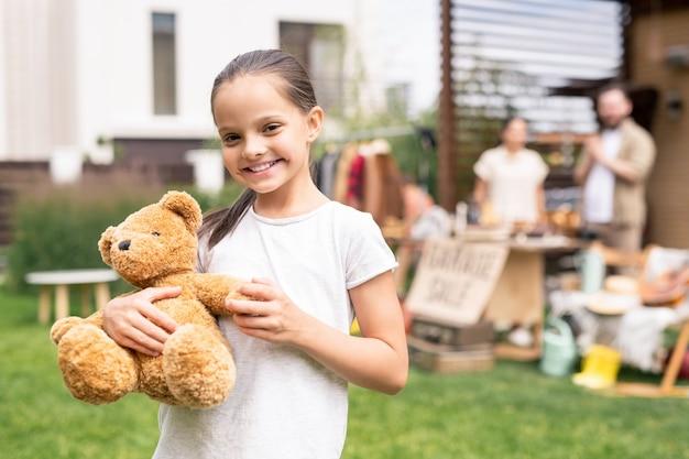 おもちゃのクマと笑顔の女の子