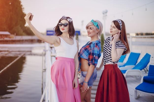 Улыбающиеся девушки получая селфи