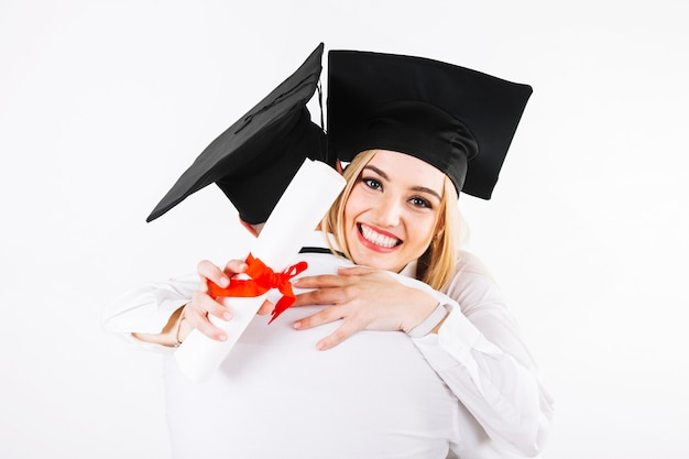 Sorridente donna che si laurea uomo che abbraccia