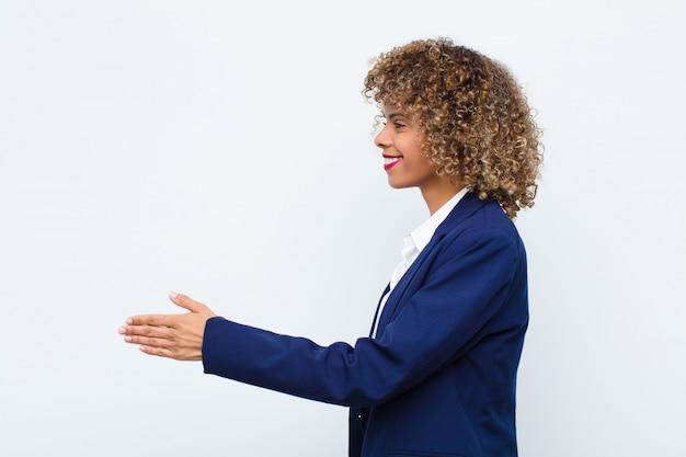 笑顔、あなたに挨拶し、成功した取引、協力の概念を閉じるために握手を提供