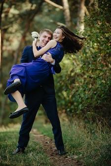 Улыбаясь groomsman проведение смех подружек невесты