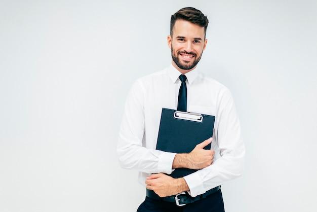 Улыбаясь красивый бизнес-парень с папки