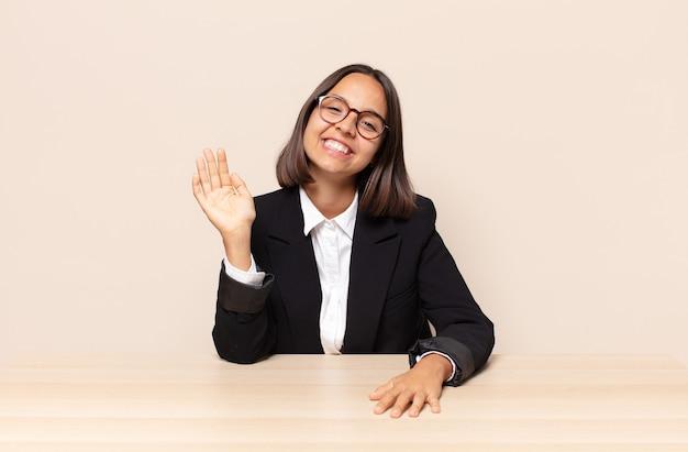 Счастливо и весело улыбаться, махать рукой, приветствовать и приветствовать вас или прощаться