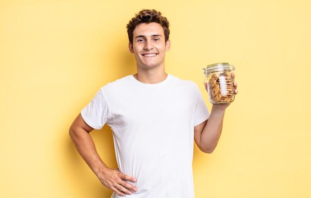腰に手を当てて幸せそうに笑い、自信を持って、前向きで、誇り高く、友好的な態度を取ります。自家製クッキーのコンセプト