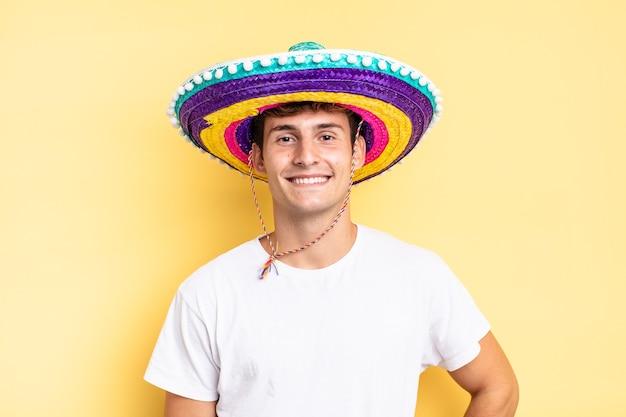 腰に手を当てて幸せそうに笑い、自信を持って、前向きで、誇り高く、友好的な態度を取ります。メキシコの帽子の概念